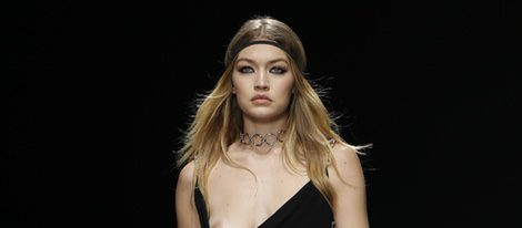 El descuido de Gigi Hadid durante el desfile de Versace en la Milan Fashion Week 2016