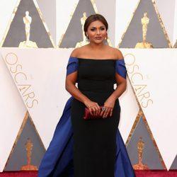 Mindy Kaling en la alfombra roja de los Premios Oscar 2016