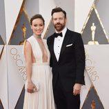 Olivia Wilde y Jason Sudeikis en la alfombra roja de los Premios Oscar 2016