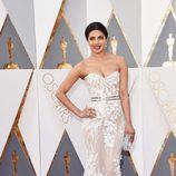 Priyanka Chopra en la alfombra roja de los Premios Oscar 2016