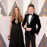 Eddie Redmayne y su mujer Hannah Redmayne en la alfombra roja en los Premios Oscar 2016