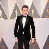 Eddie Redmayne en la alfombra roja en los Premios Oscar 2016