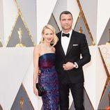 Naomi Watts y su marido Liev Schreiber la alfombra roja en los Premios Oscar 2016