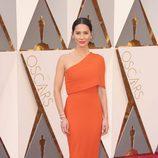 Olivia Munn en la alfombra roja en los Premios Oscar 2016