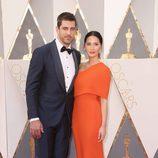 Olivia Munn y su novio Aaron Rodgers en la alfombra roja en los Premios Oscar 2016