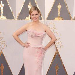 Jennifer Jason Leigh en la alfombra roja de los Premios Oscar 2016