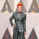 Sandy Powell en la alfombra roja de los Premios Oscar 2016