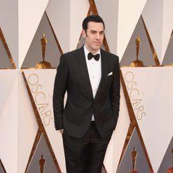 Sacha Baron Cohen en la alfombra roja de los Premios Oscar 2016