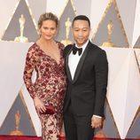 John Legend y su mujer Chrissy Teigen en la alfombra roja en los Premios Oscar 2016