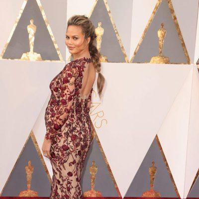 Chrissy Teigen en la alfombra roja en los Premios Oscar 2016