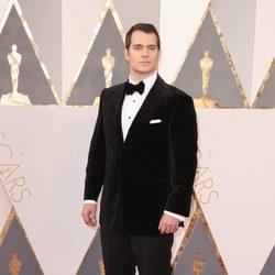 Henry Cavill en la alfombra roja de los Premios Oscar 2016