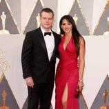 Matt Damon y su mujer Luciana Damon en la alfombra roja en los Premios Oscar 2016