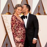 John Legend besando a Chrissy Teigen en la alfombra roja de los Premios Oscar 2016