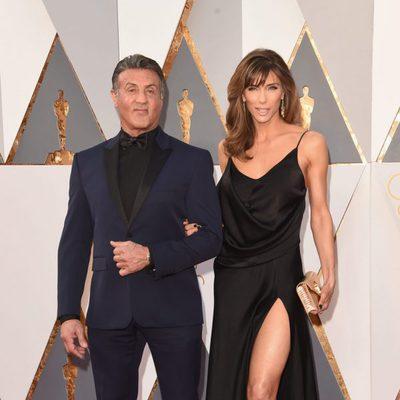 Sylvester Stallone y su mujer Jennifer Flavin en la alfombra roja en los Premios Oscar 2016