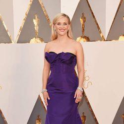 Reese Witherspoon en la alfombra roja en los Premios Oscar 2016
