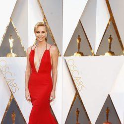 Charlize Theron en la alfombra roja de los Premios Oscar 2016