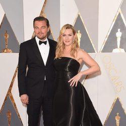 Kate Winslet y Leonardo DiCaprio en la alfombra roja de los Premios Oscar 2016
