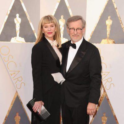 Steven Spielberg y su mujer Kate Capshaw en la alfombra roja de los Premios Oscar 2016