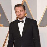 Leonardo DiCaprio en la alfombra roja de los Premios Oscar 2016