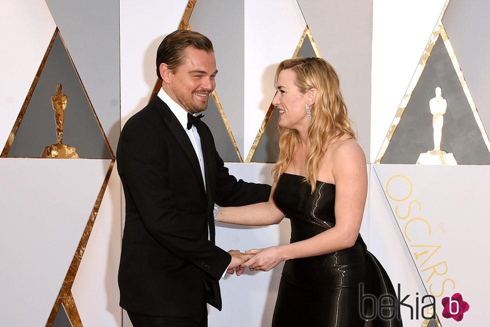 Kate Winslet bromea Leonardo DiCaprio en la alfombra roja de los Premios Oscar 2016