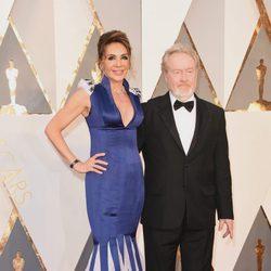 Ridley Scott y su mujer Giannina Facio en la alfombra roja de los Premios Oscar 2016
