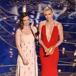Emily Blunt y Charlize Theron dando un estatuilla gala de los Premios Oscar 2016