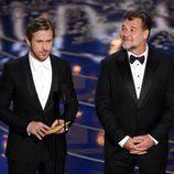 Ryan Gosling y Russell Crowe dando un estatuilla gala de los Premios Oscar 2016