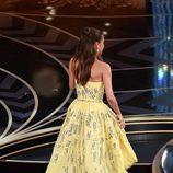 Alicia Vikander subiendo a recoger su Oscar 2016 a Mejor actriz de reparto