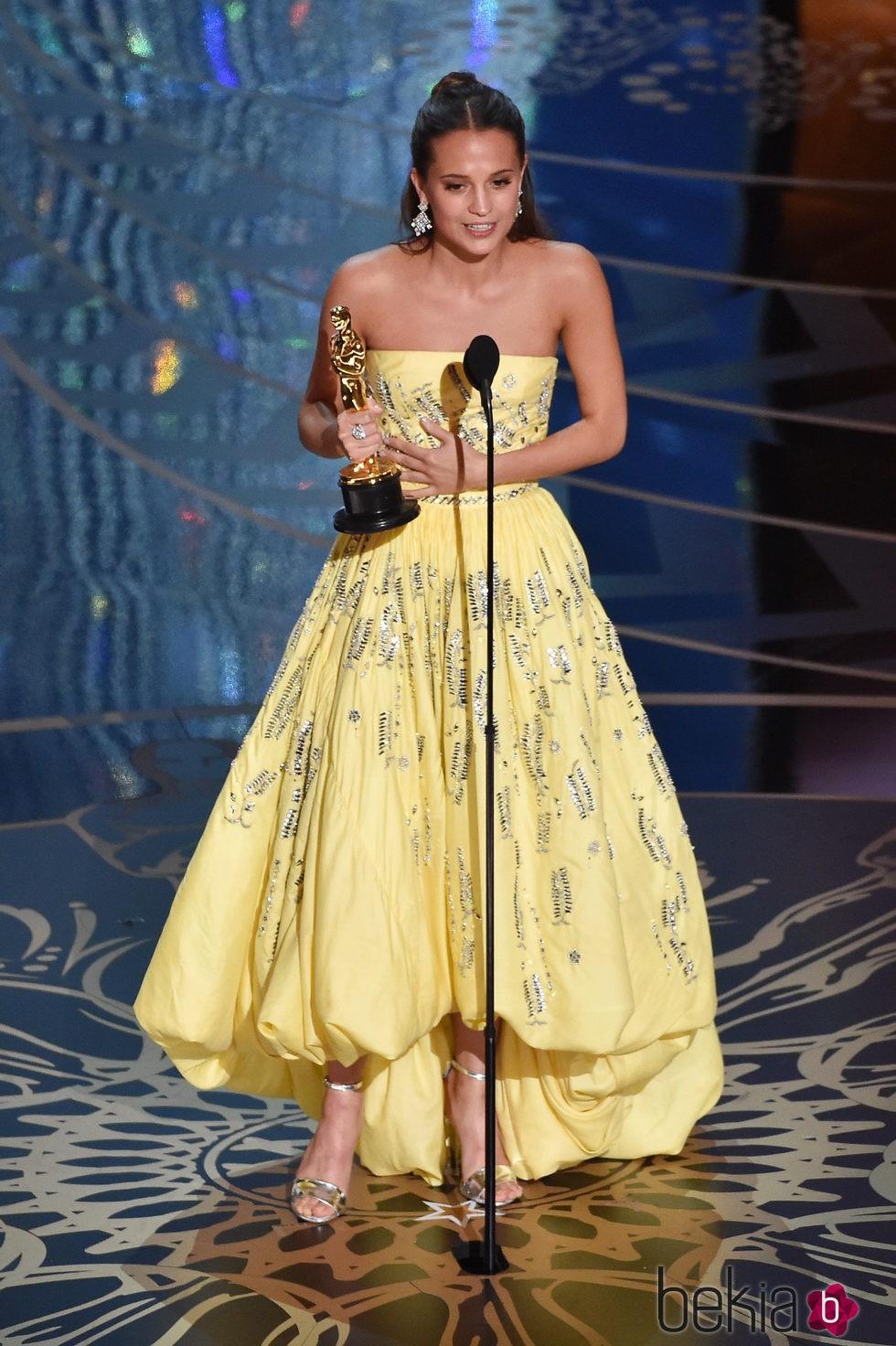 Alicia Vikander recogiendo su Oscar 2016 a Mejor actriz de reparto