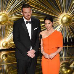 Jason Segel y Olivia Munn dando un estatuilla gala de los Premios Oscar 2016