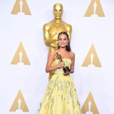 Alicia Vikander posando con su Oscar 2016 a Mejor Actriz de Reparto