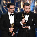 Jimmy Napes y Sam Smith recogiendo su estatuilla de los Premios Oscar 2016