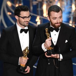 Jimmy Napes y Sam Smith recogiendo su estatuilla de los Premios Oscar 2016