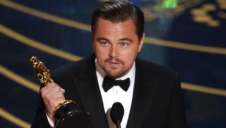 Leonardo DiCaprio recogiendo su Oscar 2016 a Mejor Actor
