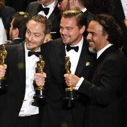 Leonardo DiCaprio, Alejandro Iñárritu y  Emmanuel Lubezki posando juntos con sus Oscar 2016 por 'El Renacido'