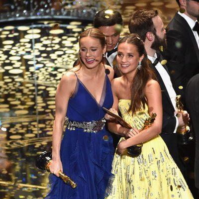 Brie Larson y Alicia Vikander posando junto a sus Oscar 2016 a Mejor Actriz y Mejor Actriz de Reparto