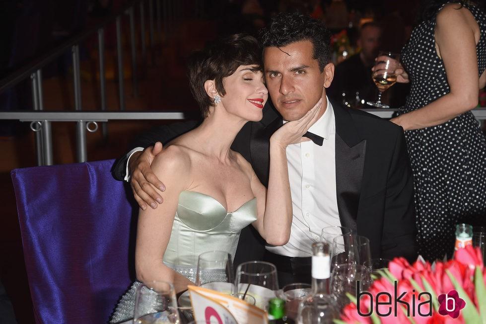 Paz Vega y Orson Salazar en actitud muy cariñosa en la fiesta de Elton John tras los Oscar 2016