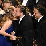 Brie Larson felicita a Leonardo DiCaprio por su Oscar 2016 a Mejor Actor