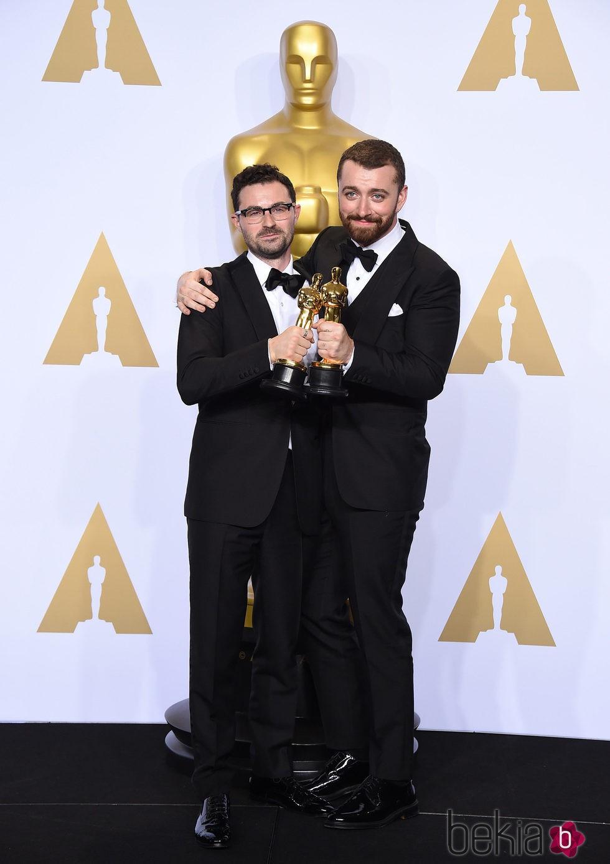Jimmy Napes y Sam Smith posando con su Oscar 2016 a Mejor Canción