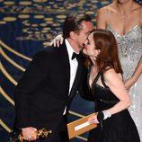 Julianne Moore felicita a Leonardo DiCaprio por su Oscar 2016 a Mejor Actor
