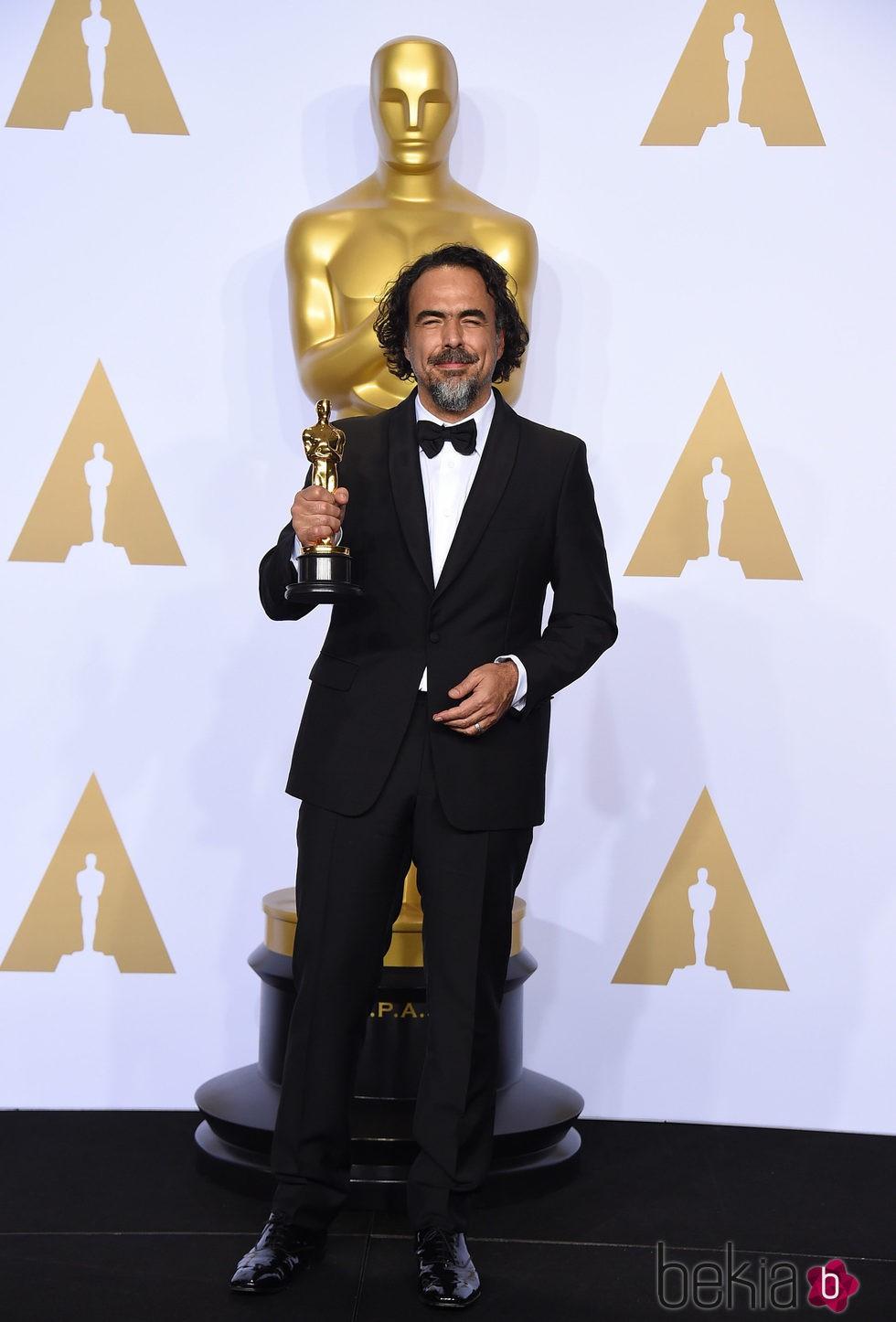 Alejandro González Iñárritu posando con su Oscar 2016 a Mejor Director