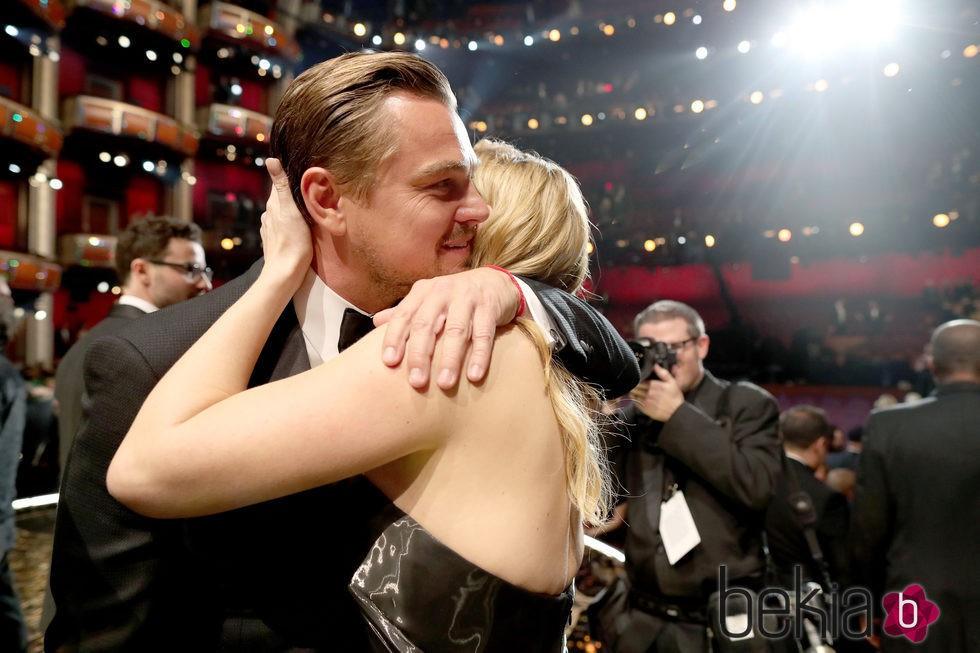 Kate Winslet felicita a Leonardo DiCaprio por su estatuilla en los Oscar 2016
