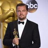 Leonardo DiCaprio posando con su Oscar 2016 a Mejor Actor