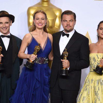 Mark Rylance, Leonardo DiCaprio, Alicia Vikander y Brie Larson posando juntos a sus estatuillas en los Oscar 2016