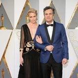 Mark Ruffalo y su esposa Sunrise Coigney en la alfombra roja de los Premios Oscar 2016