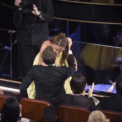 Alicia Vikander besa a Michael Fassbender tras ganar el Oscar 2016 a Mejor Actriz