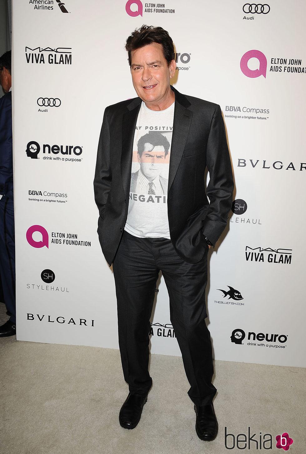 Charlie Sheen en la fiesta de Elton John tras los Oscar 2016