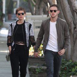 Jamie Bell y Kate Mara pasean cogidos de la mano por Hollywood