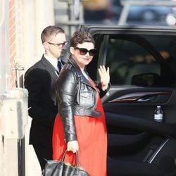 Ginnifer Goodwin presume de su segundo embarazo con un vestido rojo