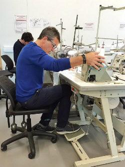 Antonio Banderas y su destreza con la máquina de coser